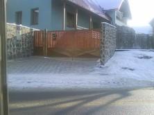 Zvárané brány a ploty sdrevenou výplňou